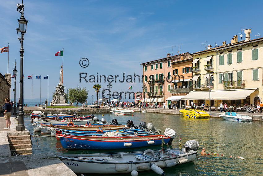 Italy, Veneto, Lake Garda, Lazise: small harbour at East Bank of Lake Garda   Italien, Venetien, Gardasee, Lazise: kleiner Hafen am Ostufer des Gardasees