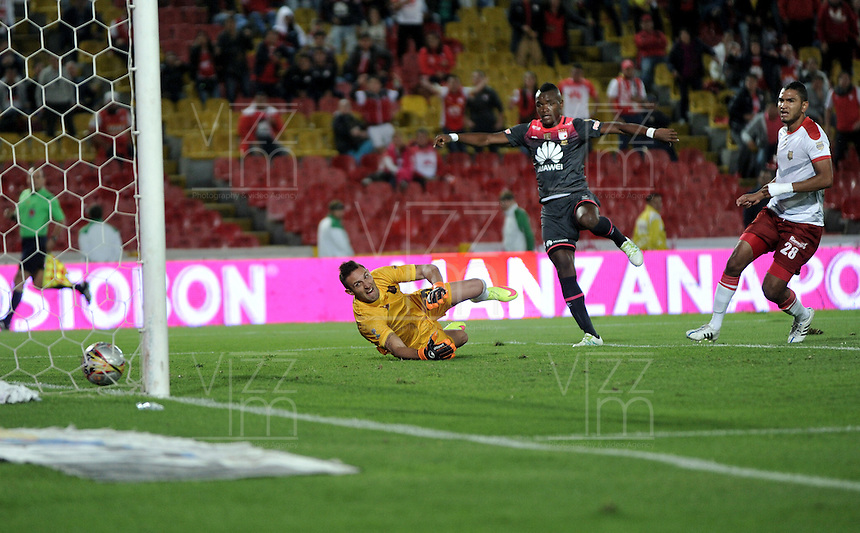 BOGOTA - COLOMBIA - 30-04-2016: Carlos Ibargüen, (Der.) jugador de Independiente Santa Fe, anota gol a Pablo Torresasasti (Izq.) portero de Rionegro Aguilas,  durante partido por la fecha 16 entre Independiente Santa Fe y Rionegro Aguilas, de la Liga Aguila I-2016, en el estadio Nemesio Camacho El Campin de la ciudad de Bogota.  / Carlos Ibargüen, (R) player of Independiente Santa Fe, anota gol a Pablo Torresasasti (L) goalkeeper of Rionegro Aguilas,  during a match of the date 16 between Independiente Santa Fe and Rionegro Aguilas, for the Liga Aguila I -2016 at the Nemesio Camacho El Campin Stadium in Bogota city, Photo: VizzorImage / Luis Ramirez / Staff.