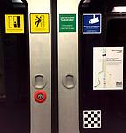 Hamburg, 15. April 2017 -- Aufkleber, Piktogramme an einer U-Bahn-Tuer -- Photo: © HorstWagner.eu