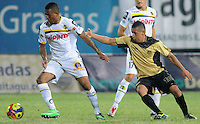 ITAGÜÍ -COLOMBIA-12-03-2014. Cleider Alzate (Der) jugador de Itaguí disputa el balón con Nelson Barahona (Izq) jugador de Alianza Petrolera en partido por la fecha 10 de la Liga Postobon I 2014 jugado en el estadio Metropolitano de Itaguí./ Cleider Alzate (R) player of Itagui figths the ball with Nelson Barahona (L) player of Alianza Petrolera during match valid for the 10th date of the Postobon League I 2014 played at Metropolitano stadium in Itaguí city.  Photo:VizzorImage/Luis Ríos/STR