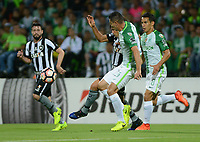 MEDELLÍN -COLOMBIA-13-04-2017. Francisco Najera (Der) jugador de Atlético Nacional de Colombia disputa el balón con Camilo (Izq) jugador de Botafogo de Brasil durante partido por la fecha 2, fase de grupos, de la Copa CONMEBOL Libertadores Bridgestone 2017 jugado en el estadio Atanasio Girardot de la ciudad de Medellín. / Francisco Najera (R) player of Atletico Nacional of Colombia fights for the ball with Camilo (L) player of Botafogo of Brasil during match for the date 2, group  phase, of the Copa CONMEBOL Libertadores Bridgestone 2017 played at Atanasio Girardot stadium in Medellin city. Photo: VizzorImage/ León Monsalve /Cont