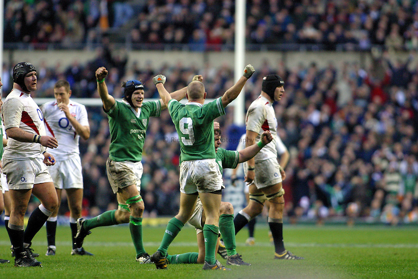 Photo. Jo Caird..England v Ireland. RBS Six Nations Championship. 06/03/2004..Ireland celebrate win.