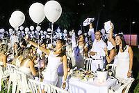 SÃO PAULO, SP, 20.03.2016 - JANTAR-SECRETO - Fenômeno global Le Dîner en Blanc pela primeira vez no Brasil realizado no Parque Burle Marx no bairro do Morumbi na região sul da cidade de São Paulo na noite de ontem sábado, 19. O evento é considerado o piquenique secreto mais chique e elegante do mundo. O evento tem como marca registrada reunir os convidados em um local secreto a ser divulgado somente minutos antes de sua realização. (Foto: William Volcov/Brazil Photo Press)