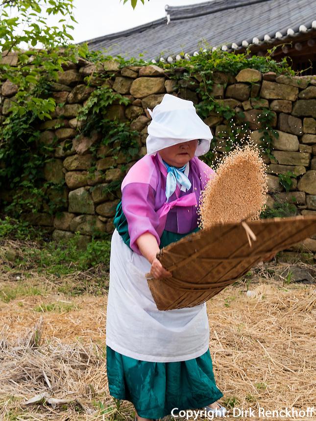 B&auml;urinnen in traditioneller Kleidung im Folk-village Naganneupsong-ehemalige Festung, Provinz Jeollanam-do, S&uuml;dkorea, Asien<br /> farmer in Folk-village Naganneupsong- a former fortress, province Jeollanam-do, South Korea, Asia