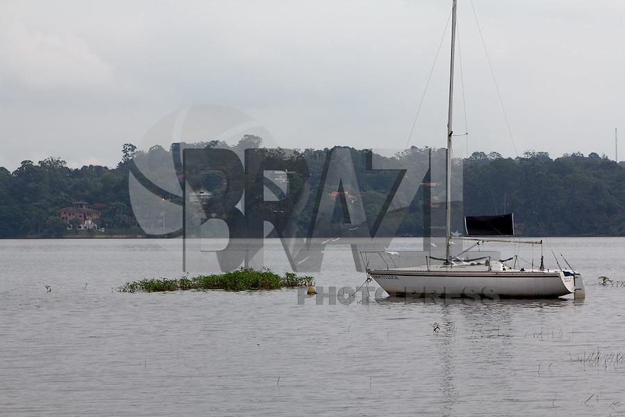 SAO PAULO, SP - 26.05.2015 - CRISE HIDRICA SP - Embarcações vistas ancoradas e algumas abandonadas na Represa do Guarapiranga na região de interlagos, zona sul da capital paulista na tarde desta terça-feira (26). O sistema opera com capacidade superior a 81% diante a queda no sistema cantareira abaixo dos 20%, se mantendo dentro dos parâmetros que compreende o volume morto.<br /> <br /> (Foto: Fabricio Bomjardim / Brazil Photo Press)