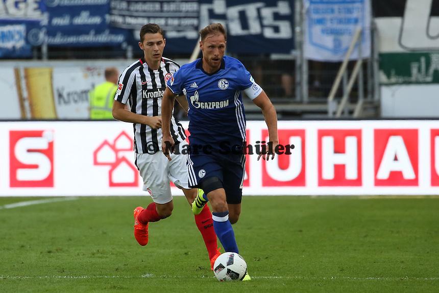 Benedikt Höwedes (FC Schalke 04) gegen Guillermo Varela (Eintracht Frankfurt) - 27.08.2016: Eintracht Frankfurt vs. FC Schalke 04, Commerzbank Arena