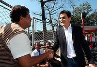 SAO PAULO, 10 DE AGOSTO DE 2012. CAMPANHA GABRIEL CHALITA. O candidato do PMDB a prefeitura de São Paulo, Gabriel Chalita, visita os taxistas do aeroporto de Congonhas nesta sexta feira. FOTO: ADRIANA SPACA - BRAZIL PHOTO PRESS