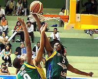 BUCARAMANGA -COLOMBIA, 06-05-2013. Hernández Villamil (C) de Búcaros trata de evitar clavada de Reque Newsome (D) de Bambuqueros durante partido de la fecha 11 fase II de la  Liga DirecTV de baloncesto Profesional de Colombia realizado en el coliseo Vicente Díaz Romero en Bucaramanga./ Hernandez Villamil (C) of Bucaros tries to avoid the dunk of Reque Newsome (R) of Bambuqueros during match of the 11th date phase II of  DirecTV professional basketball League in Colombia at Vicente Diaz Romero coliseum in Bucaramanga. Photo: VizzorImage / Jaime Moreno / STR