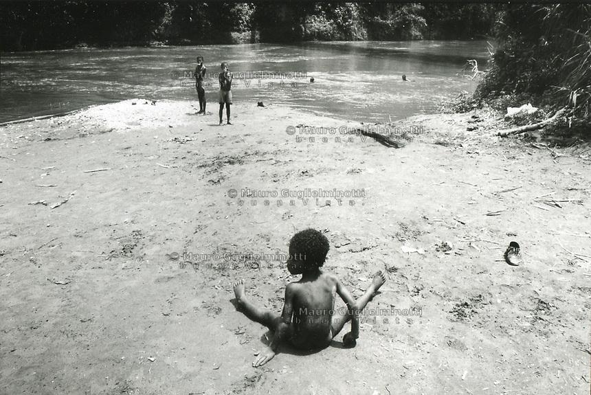 studi sulla malaria - Università di Cali e il villaggio di Buenaventura.  bambino seduto per terra
