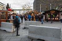 Eroeffnung des Berliner Weihnachtsmarkt am Breitscheidplatz am Montag den 27. November 2017.<br /> Nach dem LKW-Anschlag am 19. Dezember 2016 findet der Weihnachtsmarkt unter verschaerften Sicherheitsvorkehrungen statt. So wurden Beton-Barrieren um den Weihnachtsmarkt aufgestellt und mehr Polizeistreifen sind zum Schutz der Besucher unterwegs.<br /> Im Bild: Beton-Barrieren an der Stelle, an welcher der LKW in den Weihnachtsmarkt fuhr.<br /> 27.11.2017, Berlin<br /> Copyright: Christian-Ditsch.de<br /> [Inhaltsveraendernde Manipulation des Fotos nur nach ausdruecklicher Genehmigung des Fotografen. Vereinbarungen ueber Abtretung von Persoenlichkeitsrechten/Model Release der abgebildeten Person/Personen liegen nicht vor. NO MODEL RELEASE! Nur fuer Redaktionelle Zwecke. Don't publish without copyright Christian-Ditsch.de, Veroeffentlichung nur mit Fotografennennung, sowie gegen Honorar, MwSt. und Beleg. Konto: I N G - D i B a, IBAN DE58500105175400192269, BIC INGDDEFFXXX, Kontakt: post@christian-ditsch.de<br /> Bei der Bearbeitung der Dateiinformationen darf die Urheberkennzeichnung in den EXIF- und  IPTC-Daten nicht entfernt werden, diese sind in digitalen Medien nach §95c UrhG rechtlich geschuetzt. Der Urhebervermerk wird gemaess §13 UrhG verlangt.]