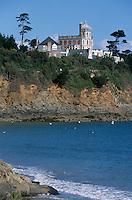 """Europe/France/Bretagne/22/Côtes d'Armor/Saint-Quay-Portrieux: La plage de la Comtesse, sur le falaise, l'hôtel """"La Villa Kermoor"""""""