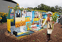 Nederland Amsterdam 2015 09 05. Ter gelegenheid van de opening van de nieuwe entree van het Van Gogh Museum komt er een labyrint van 125.000 zonnebloemen op het Museumplein. Het labyrint is op 5 en 6 september open voor het publiek. . In het labyrint zijn drie Van Gogh inspiratiekamers ingericht. Op de laatste dag mogen de bezoekers bloemen mee naar huis nemen