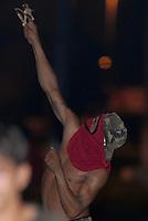 Homem mnascarado atira pedras usando estilingue durante vários confrontos que se espalharam pela cidade de Tailândia. Após apreensão madeireira de mais de 10000 metros cúbicos que deveriam ser levadas para Belém pelos fiscais da Sema que sairam da cidade após serem detidos por madeireiros.<br /> Em uma operação iniciada na última segunda feira as 7:30 horas da manhã nos arredores de Tailândia(sul do Pará), cerca de 120 homens com 30 viaturas,  da Polícia Militar do estado do Pará, polícia civil e agentes do Ibama medem toras de madeira na madeireira Catarinense, suspeita de iregularidade. Durante a operação já foram apreendidas cerca de 10.000 mts cúbicos de espécimes diversas como Jatobá, Mata mata e angelim  com 4 prisões. Até agora seis serrarias uma carvoaria e uma mineradora(areia) já foram autuadas.<br /> Tailândia Pará Brasil<br /> 19 02 2008<br /> Foto Paulo  Santos