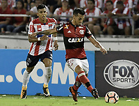 BARRANQUIILLA - COLOMBIA, 30-11-2017: Jesus David Murillo (Izq) del Atlético Junior de Colombia disputa el balón con Miguel Trauco (Der) jugador de Flamengo de Brasil durante partido de vuelta por la semifinal 2 de la Copa CONMEBOL Sudamericana 2017  jugado en el estadio Metropolitano Roberto Meléndez de la ciudad de Barranquilla. / Jesus David Murillo (L) player of Atlético Junior of Colombia struggles the ball with Miguel Trauco (R) player of Flamengo of Brazil during second leg match for the semifinal 2 of the Copa CONMEBOL Sudamericana 2017played at Metropolitano Roberto Melendez stadium in Barranquilla city.  Photo: VizzorImage / Gabriel Aponte / Staff