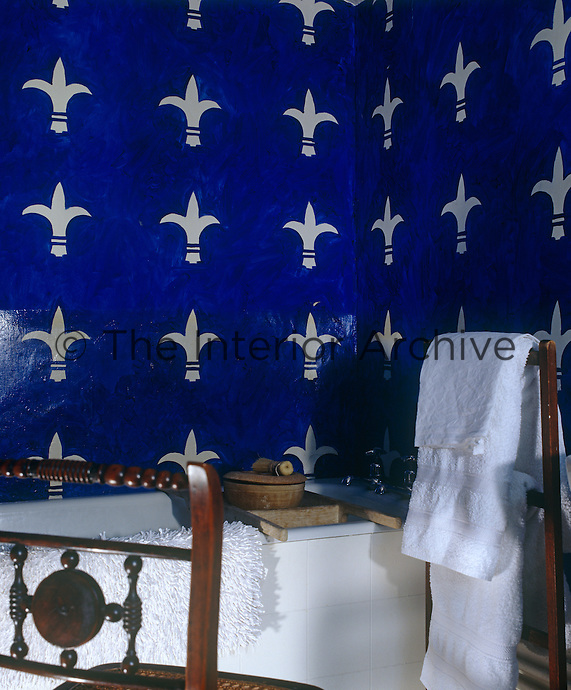 In this bathroom the walls have been painted with medieval motifs in a stunning combination of ultramarine-blue and white
