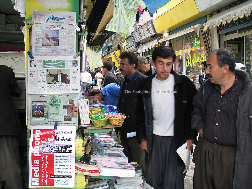 Iran 2004  Kiosque à journaux avec des publications kurdes à Sanandaj.<br /> Iran 2004  Newspaper kiosk in Sanandaj with Kurdish publications<br /> ئیران 2004 , ده که ی روژنامه فروشی , نووسراوانی به زمانی کوردی له شاری سنه