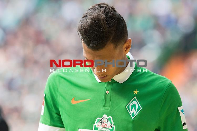 02.05.2015, Weser Stadion, Bremen, GER, 1.FBL. Werder Bremen vs Eintracht Frankfurt, im Bild<br /> <br /> <br /> Davie Selke (Bremen #27)<br /> Gestik, Mimik,<br /> #dank an die Fans<br /> Verletzung / verletzt / Schmerzen<br /> Auswechslung<br /> entt&auml;uscht / enttaeuscht / traurig /<br /> <br /> <br /> Foto &copy; nordphoto / Kokenge