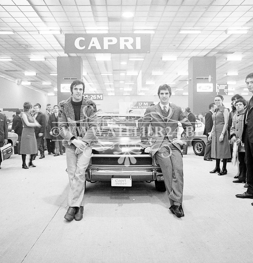1971. Wielrenners Roger De Vlaeminck en Jean-Pierre Monseré op het autosalon in Brussel met een Ford Capri.
