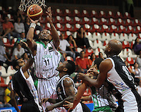 MEDELLÍN -COLOMBIA-23-03-2013. Norbey Aragón de Academia trata de encestar entre los jugadores de Piratas durante partido de la fecha 18  de la Liga Direct TV de baloncesto Profesional de Colombia 2013./  Norbey Aragon of Academia tries to score a basket in the middle of Piratas' players during the game of the eighteenth date of DirecTV professional basketball League 2013 in Colombia. Photo: VizzorImage/Luis Ríos/STR