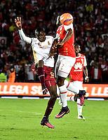 BOGOTA - COLOMBIA - 18-12-2016: Leyvin Balanta (R) player of Independiente Santa Fe struggles for the ball with Didier Delgado (L) player of Deportes Tolima, during a match for the second leg between Independiente Santa Fe and Deportes Tolima, for the final of the Liga Aguila II -2016 at the Nemesio Camacho El Campin Stadium in Bogota city, Photo: VizzorImage / Luis Ramirez / Staff.