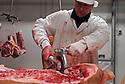 29/09/05 - BOURBON L ARCHAMBAULT - ALLIER - FRANCE - SICABA. Societe d Interet Collectif Agricole de Bourbon l Archambault. Abattage, decoupe, conditionnement et commercialisation de viande de bovin, d ovin et de porc. Decoupe d une carcasse de porc - Photo Jerome CHABANNE
