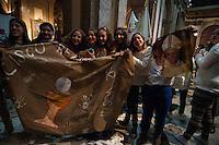 BUENOS AIRES, ARGENTINA, 27.07.2013 - VIRGILIA JMJ - BUENOS AIRES - Fiéis católicos realizam vigília na Catedral Metropolitana de Buenos Aires, ao mesmo tempo que ocorre na Jornada Mundial da Juventude na Praia de Copacabana. Em Buenos Aires capital da Argentina na noite deste sábado, 27. (Foto: Patricio Murphy / Brazil Photo Press).