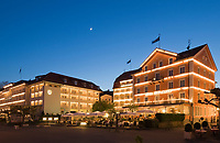 DEU, Deutschland, Bayern, Bayerisch Schwaben, Bodensee, Lindau: Hotels an der Seepromenade, abends | DEU, Germany, Bavaria, Bavarian Swabia, Lake Constance, Lindau: hotels at seaside promenade, evening