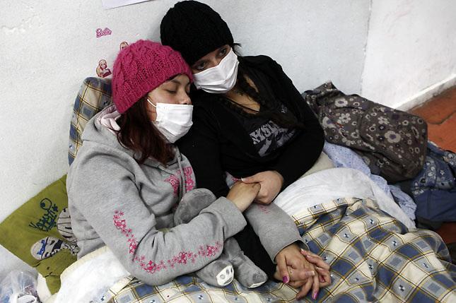 SCH05. BUIN (CHILE), 17/08/2011.- Las estudiantes Francia Garate (i) y Kamila Rubilar (d), que mantienen una huelga de hambre desde hace más de 30 días en demanda de una educación pública, gratuita y de calidad, continúan su protesta hoy, miércoles 17 de agosto de 2011, en el liceo A131 de Buin (Chile). EFE/Felipe Trueba