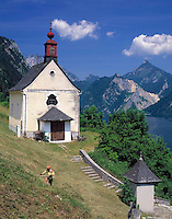 AUT, Oesterreich, Oberoesterreich, Salzkammergut, Ebensee am Traunsee: Kapelle oberhalb der Stadt, Frau beim Heu machen  | AUT, Austria, Upper Austria, Salzkammergut, Ebensee at Lake Traun : chapel, woman haying