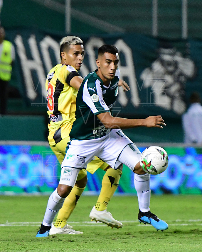 PALMIRA - COLOMBIA, 17-09-2019: Christian Rivera del Cali disputa el balón con Juan David Rios de Alianza durante partido entre Deportivo Cali y Alianza Petrolera por la fecha 11 de la Liga Águila II 2019 jugado en el estadio Deportivo Cali de la ciudad de Palmira. / Christian Rivera of Cali vies for the ball with Juan David Rios of Alianza during match between Deportivo Cali and Alianza Petrolera for the date 11 as part Aguila League II 2019 played at Deportivo Cali stadium in Palmira city. Photo: VizzorImage / Nelson Rios / Cont