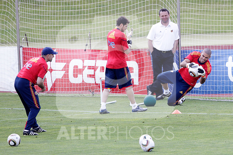 MADRID (25/05/09).- The Spanish Soccer national training session. Iker Casillas and Victor Valdes. ..PHOTO: Cesar Cebolla / ALFAQUI