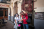 "BRUSSELS - BELGIUM - 16 August 2016 -- Tourist family taking ""selfies"" at the Janneke Pis statue, the female version of Manneken Pis, located in the Impasse De La Fidélité. -- PHOTO: Juha ROININEN / EUP-IMAGES Käyttöoikeus: vain ET brändi"
