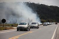 FOTO EMBARGADA PARA VEICULOS INTERNACIONAIS. MOGI DAS CRUZES, SP, 16/09/2012, QUEIMADA ESTRADA. Na Rodovia Mogi-Dutra foram vistos na tarde de hoje (16) vários pontos de queimadas na beirada da via, o que pode ocasionar acidente devido a falta de visibilidade. Luiz Guarnieri/ Brazil Photo Press.