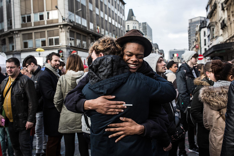BRUXELLES, Belgique: Free hug devant la Bourse de Bruxelles le 23 mars 2016.31 personnes sont mortes et 300 ont été blessées dans les attentats commis à Zaventem et dans la station du métro bruxellois Maelbeek, selon le dernier bilan du Centre de crise.Dans le centre de Bruxelles, des centaines de personnes se rassemblent en commemoration aux victimes.
