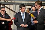 UTRECHT - Tijdens een landelijke rondgang langs 6 bouw- en infraprojecten die onderdeel zijn van de Crisis- en Herstelwet, bracht minister-president Balkenende een 82 seconden durend bezoek aan de bouwput van muziekcentrum Vredenburg, onderdeel van het Utrechtse bouwproject Stationsgebied. De bouwvertragingen van zeker twee jaar, door procedurele fouten van ondermeer de gemeente Utrecht, noemde hij 'waanzin'. COPYRIGHT TON BORSBOOM