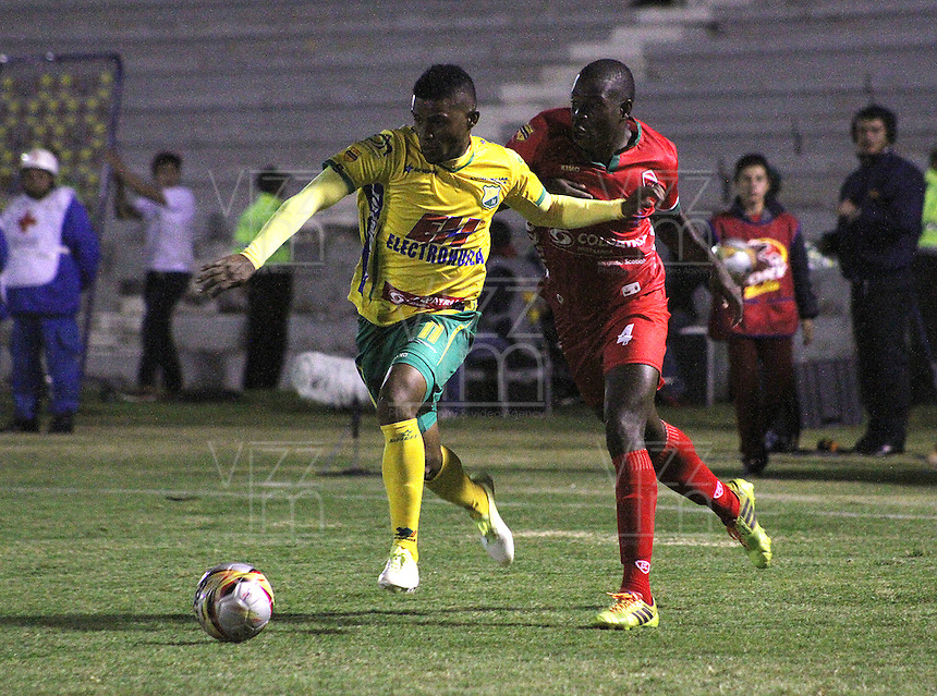 TUNJA - COLOMBIA -01-02-2015: Jonathan Segura (Der.) jugador de Patriotas FC, disputa el balón con Johnny Cano (Izq.) jugador de Atletico Huila, durante  partido Patriotas FC y Atletico Huila,  por la fecha 1 de la Liga de Aguila I 2015 en el estadio La Independencia en la ciudad de Tunja / Jonathan Segura (R) of Patriotas FC, figths the ball with con Johnny Cano (L) jugador of Atletico Huila during a match Patriotas FC and Atletico Huila for date 1 of the Liga de Aguila I 2015 at La Independencia stadium in Tunja city. Photo: VizzorImage  /  Cesar Melgarejo / Str.