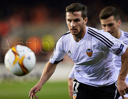 18.02.2016. Mestalla Stadium, Valencia, Spain. Europa League. Valencia versus Rapid Wien. Forward Pablo Patti of Valencia CF (L) follows the loose ball