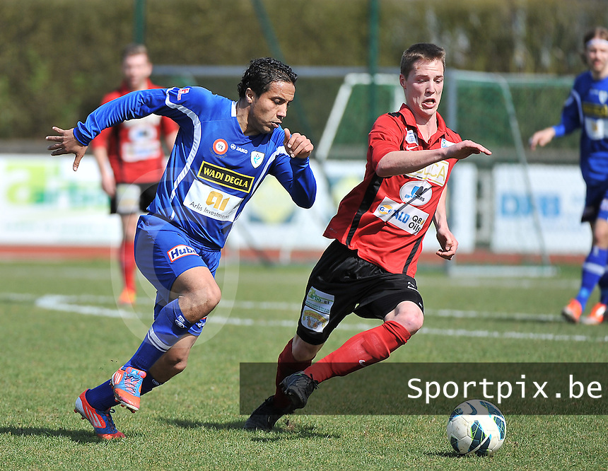 KFC Izegem - KV Turnhout : duel om de bal tussen Stijn De Deygere (rechts) en Mohamed Abdelwahed (links).foto VDB / BART VANDENBROUCKE
