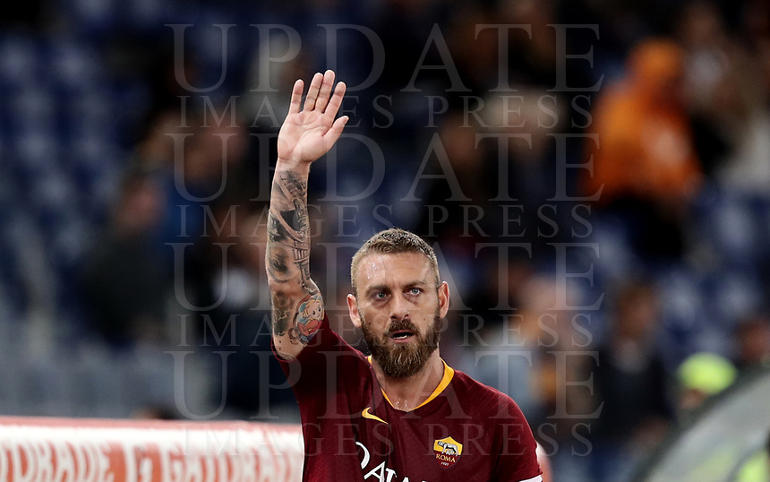 Football, Serie A: AS Roma - Frosinone, Olympic stadium, Rome, 26 September 2018. <br /> Roma's captain Daniele De Rossi greets supporters after leaving the pitch during the Italian Serie A football match between AS Roma and Frosinone at Olympic stadium in Rome, on September 26, 2018.<br /> UPDATE IMAGES PRESS/Isabella Bonotto