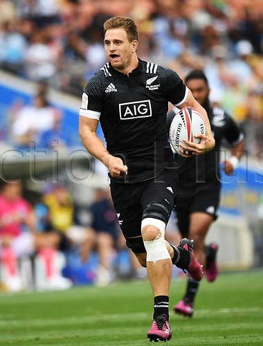 3rd February 2018, FMG Stadium, Waikato, Hamilton, New Zealand; HSBC World Rugby Sevens Series;  Scott Curry heads towards the try line; NZ versus France
