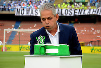 MEDELLÍN -COLOMBIA-16-ABRIL-2016. Cumpleaños de Reinaldo Rueda director técnico  del  Atlético Nacional  durante partido contra el Envigado FC  por la fecha 13 de Liga Águila I 2016 jugado en el estadio Atanasio Girardot ./ Happy Bhirday  of Reinaldo Rueda coach of  Atletico Nacional during the match againts Envigado FC  for the date 13 of the Aguila League I 2016 played at Atanasio Girardot  stadium in Medellin . Photo: VizzorImage / León Monsalve  / Contribuidor