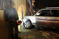 SAO PAULO, SP, 11-05-2014, ACIDENTE MOOCA. Um veiculo desgovernado, bateu em cinco veiculos e uma moto, que ficou sob o mesmo. O acidente aconteceu8 na noite desse sabado (10), na Rua Dr. Joao Batista de Lacerda altura do nº 700. Somente o motorista  ficou ferido. Luiz Guarnieri/ Brazil Photo Press.