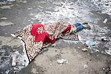 Toter in Myronivsky lag seit fünf Tagen unidentifiziert dort. Schuhe wurden gestohlen.  nahe Debaltsewo nach dem Abkommen von Minsk zu Beginn des Waffenstillstandes, 15.02.2015/   Myronivsky near Debaltseve after the  Minsk deal at the Begining of ceasefire_15.02.2014
