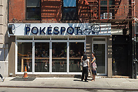 Customers outside Pokéspot, a popular restaurant serving the popular poké, in New York on Saturday, June 24, 2017. (© Richard B. Levine)
