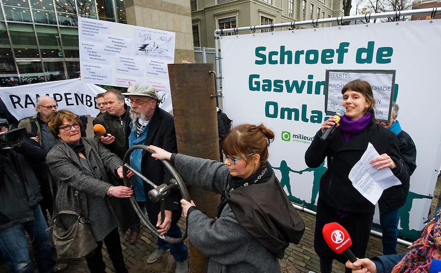Nederland, Den Haag, 12 feb 2015<br /> Milieudefensie voert aktie tegen de gaswinning in Groningen. Op het plein is een grote gaskraan geplaatst die door aktievoerders uit Groningen en door Kamerleden van verschillende partijen wordt dichtgedraaid.<br /> Foto: (c) Michiel Wijnbergh