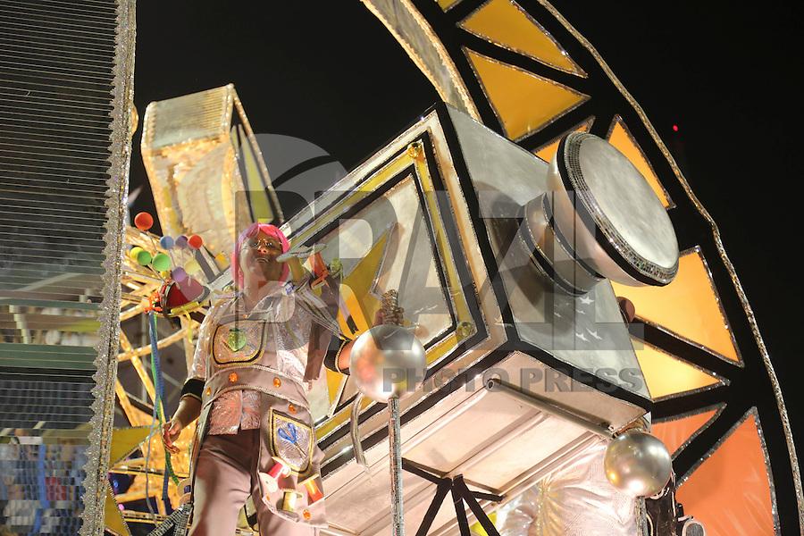 RIO DE JANEIRO, RJ, 11 FEVEREIRO 2013 - CARNAVAL RJ - SAO CLEMENTE - Integrantes da escola de samba São Clemente durante desfile no segundo dia do Grupo Especial no Sambódromo Sapucai na capital fluminense, na noite desta segunda 11. (FOTO: VANESSA CARVALHO - BRAZIL PHOTO PRESS).
