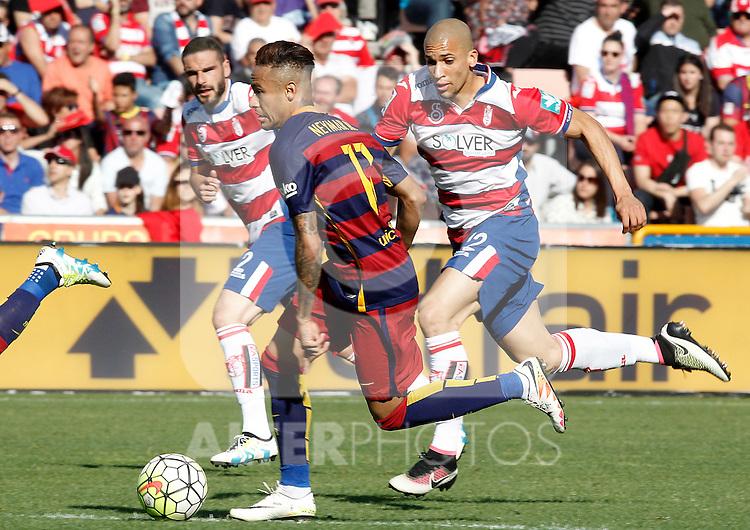 Granada's David Lomban (l) and Matheus Doria (r) and FC Barcelona's Neymar Santos Jr during La Liga match. May 14,2016. (ALTERPHOTOS/Acero)