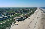 Foto: VidiPhoto<br /> <br /> DOMBURG - Het strand, maar ook de plaats Domburg oogt overlaten. Normaal rond deze tijd ziet het er zwart van toeristen en recreanten. Nu zijn ze niet welkom. De veiligheidsregio heeft de provincie op slot gedraaid. Voor ondernemers in de oudste en bekendste badplaats van Zeeland komen de klappen hard aan. Familiehotel Nehalennia heeft inmiddels een veiligheidsprotocol voor zijn gasten klaar liggen zodra het recreatieverkeer weer op gang komt. Foto: Het strand van Domburg is vrijwel leeg.