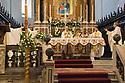 12 aprile 2020, Sassari, piazza Duomo. Cattedrale di San Nicola. Pasqua di Resurrezione. Monsignor Gianfranco Saba, Arcivescovo di Sassari, celebra la messa insieme ai diaconi.
