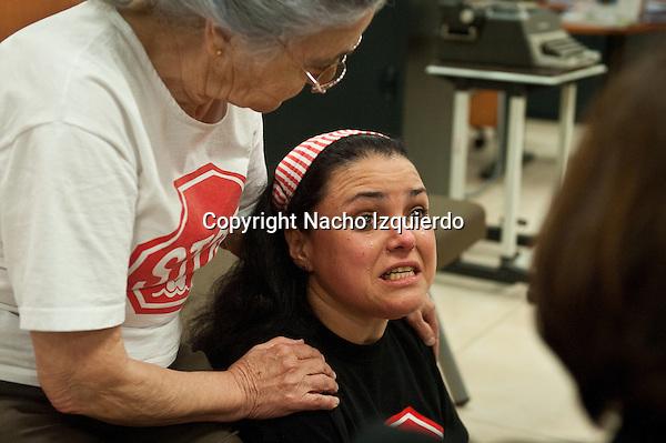 Una activista diabetica, llora de impotencia y es consolada por María.